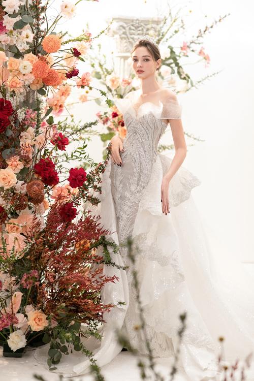 Chiếc váy cưới đuôi cá lấy cảm hứng từ váy cưới hoàng gia được may cách điệu phần vai áo, tạo sự mềm mại cũng như che được khuyết điểm phần vai dành cho cô Dâu trong ngày cưới.