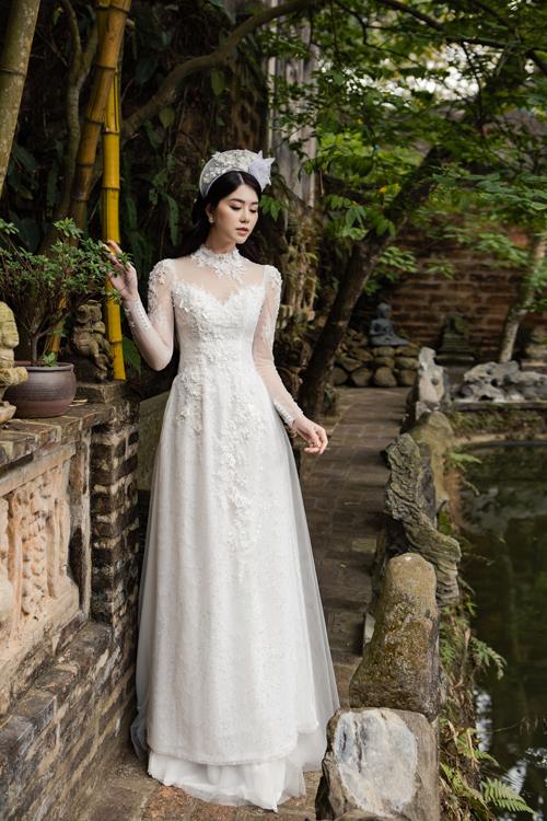 Tấm áo ren được lấy cảm hứng từ váy cưới với kiểu cổ 2 trong 1 đắp ren.
