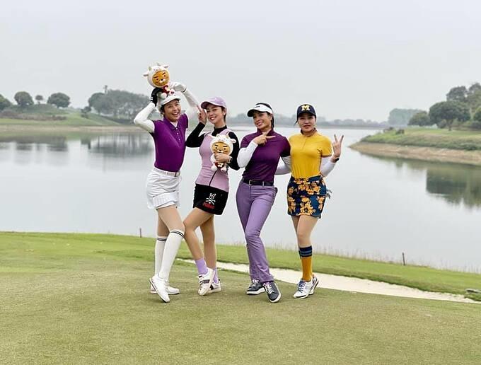 Dàn mỹ nhân gồm hoa hậu Ngọc Hân, Jennifer Phạm, cựu người mẫu Thúy Hạnh... rủ nhau đi chơi golf đầu năm.