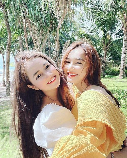 Nhã Phương xinh đẹp bên chị gái Bích Trâm khi cả hai cùng có chuyến du lịch tại Côn Đảo.