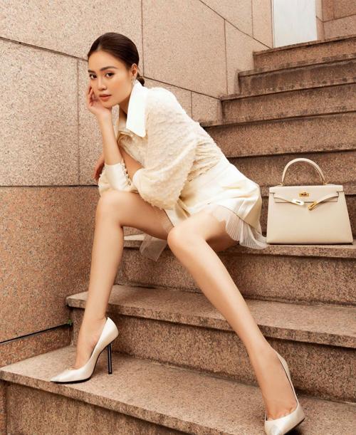 Sơ mi và chân váy ngắn được thiết kế trên chất liệu hợp xu hướng để giúp phái đẹp cuốn hút hơn khi đi làm. Các nàng có thể mix phụ kiện ton-sur-ton như Lan Ngọc hoặc chọn túi màu trung tính, giày nude hoặc đen đễ tạo nên tổng thể hoàn chỉnh.