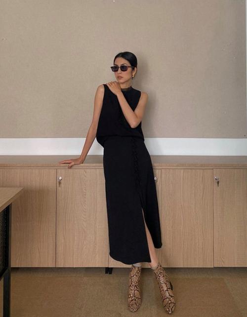 Trang phục sát nách của Tăng Thanh Hà dành cho các bạn gái yêu phong cách tối giản. Trên trang phục tuyền sắc đen, phụ kiện mắt kính và bốt họa tiết sẽ tạo nên điểm nhấn hút mắt.