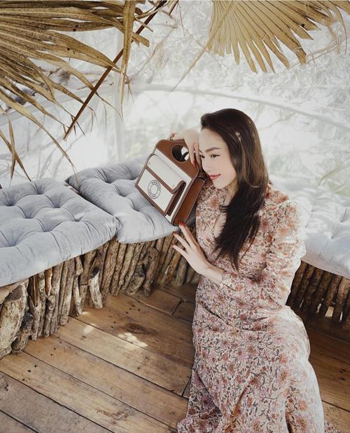 Váy lụa chiffon in hoa văn nhẹ nhàng của Minh Hằng phù hợp với nhiều vóc dáng và màu da.