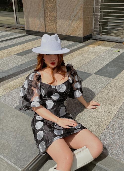 Váy trang trí họa tiết chấm bi to bản được Yến Trang mix cùng bốt và mũ fedora đồng điệu sắc màu.