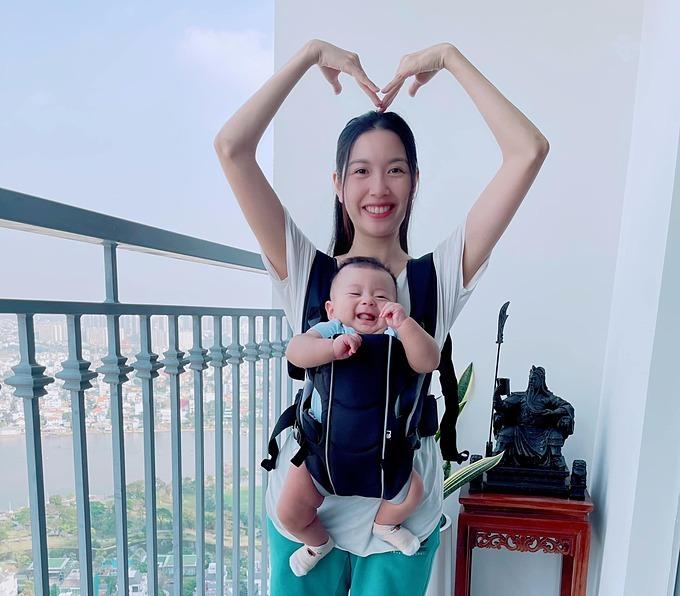 Nụ cười của Tôn là ánh nắng của mẹ Vân, á hậu Thúy Vân chia sẻ.