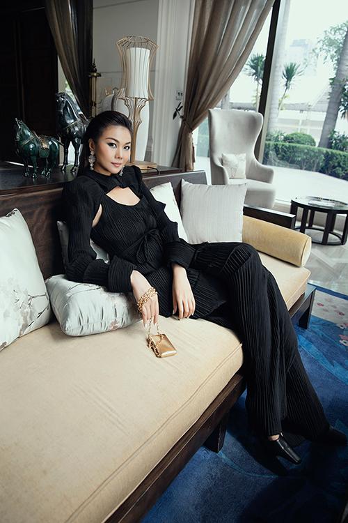 Siêu mẫu Thanh Hằng ấn tượng khi đến chấm thi ở buổi thứ hai với các nội dung fitting trang phục với người mẫu, chụp ảnh lookbook, trình diễn catwalk và thuyết trình về bộ sưu tập với ý tưởng và phong cách thiết kế.
