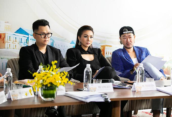 Chiều 26/2, Thanh Hằng, đạo diễn Long Kan ( trang phục đen) cùng các thành viên hội đồng tuyển chọn có buổi làm việc thứ hai để chọn lựa các mẫu thiết kế xuất sắc cho chương trình Fashion Voyage Designer 2021.