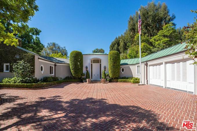 Ngôi nhà, xây dựng từ năm 1954, được thiết kế bởi kiến trúc sư tài năng John Elgin Woolf - cha đẻ của phong cách Hollywood Regency (phong cách thiết kế hào nhoáng, sang trọng). Từ nội đến ngoại thất được trang trí với hai màu chủ đạo xanh lá và trắng.