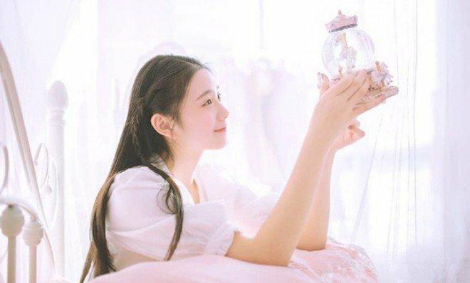 Vẻ đẹp của Lưu Hạo Tồn được đánh giá thuần khiết, mong manh.