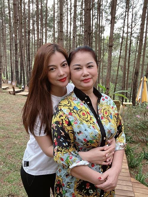 Mẹ Trương Ngọc Ánh đi du lịch Đà Lạt cùng con gái. Cách đây không lâu, nữ diễn viên khoe đã thuyết phục được mẹ vào Sài Gòn ở cùng.