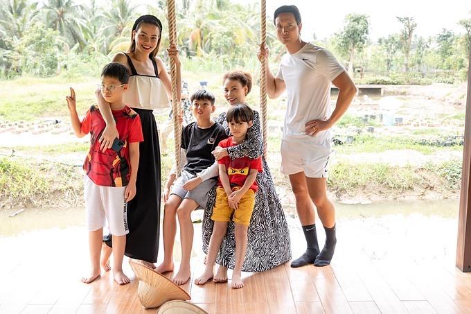Bà Ngọc Hương - mẹ ca sĩ Hồ Ngọc Hà - cảm tạ ông trời đã ban cho mình hạnh phúc đong đầy bên con cháu.