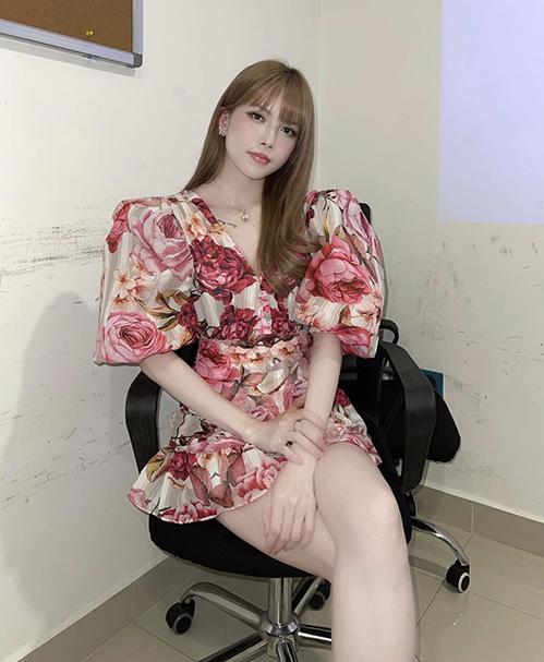 Khi tham gia các buổi tiệc nhẹ cùng hội bạn bè, phái đẹp văn phòng có thể giúp mình nổi bật bởi các kiểu váy in hoa dáng ngắn, tay phồng cách điệu.