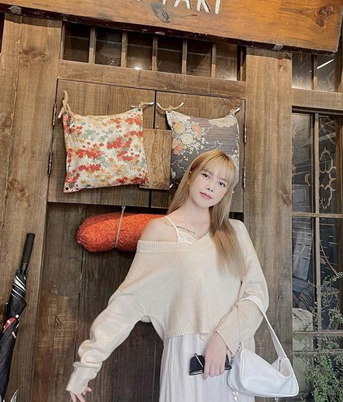 Với các bạn gái ở Hà Nội, khi diện đầm suông không kén dáng, áo dệt kim, áo len mỏng sẽ khiến tổng thể ưa nhìn hơn.