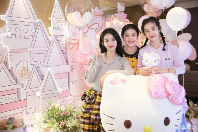 Vào ngày 28, Lý Băng Băng đăng ảnh chụp cảnh tiệc sinh nhật trên Weibo, tiết lộ rằng Triệu Lệ Dĩnh và các nhân viên đã giữ bí mật cho cô và chuẩn bị một địa điểm sinh nhật theo chủ đề Hello Kitty khiến cô vô cùng ngạc nhiên và xúc động. là tôi. Một năm này của cuộc đời tôi, cảm ơn anh đã cho phép tôi quay trở lại tuổi 18 trong một giây. Tôi muốn ghi nhớ khoảnh khắc này và sống mãi trong thế giới màu hồng này và không bao giờ lớn lên! , trong ảnh, Lý Băng Băng đội tóc đuôi ngựa đôi và so sánh trái tim với Triệu Lệ Dĩnh.