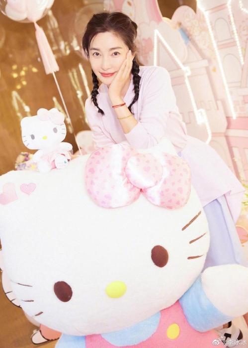 Biết Băng Băng thích mèo Hello Kitty, Triệu Lệ Dĩnh đã mang tới một bất ngờ cho đàn chị.