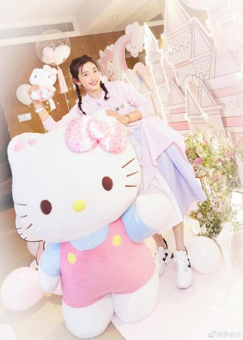 Lý Băng Băng bên chú mèo Hello Kitty khổng lồ. Vài năm gần đây, Băng Băng ít xuất hiện trên màn ảnh.