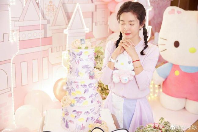 Vào ngày 28/2, trên Weibo, Lý Băng Băng đăng loạt ảnh ghi lại khung cảnh tiệc sinh nhật và tiết lộ rằng Triệu Lệ Dĩnh và các nhân viên đã giữ bí mật đến phút chót để chuẩn bị cho cô một bất ngờ dịp sinh nhật, đó là bữa tiệc theo chủ đề Hello Kitty. Món quà khiến cô vô cùng ngạc nhiên và xúc động: Hôm nay là sinh nhật của tôi. Cảm ơn mọi người đã cho phép tôi quay trở lại tuổi 18 một lần nữa. Tôi muốn ghi nhớ khoảnh khắc này và sống mãi trong thế giới màu hồng ấy mà không bao giờ lớn lên