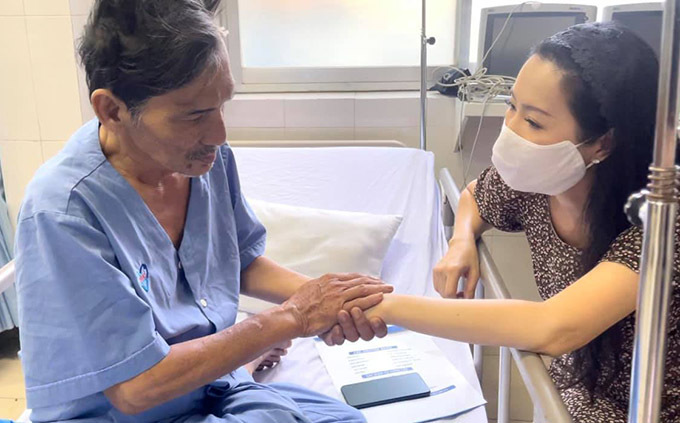 Thương Tín xúc động nắm tay cảm ơn sự quan tâm của Trịnh Kim Chi và anh em bạn bè nghệ sĩ. Từ khi nam diễn viên nhập viện, Trịnh Kim Chi đã kêu gọi mọi người chung tay quyên góp để giúp anh vượt qua khó khăn. Số tiền thu được đến sáng 1/3 là gần 300 triệu đồng.