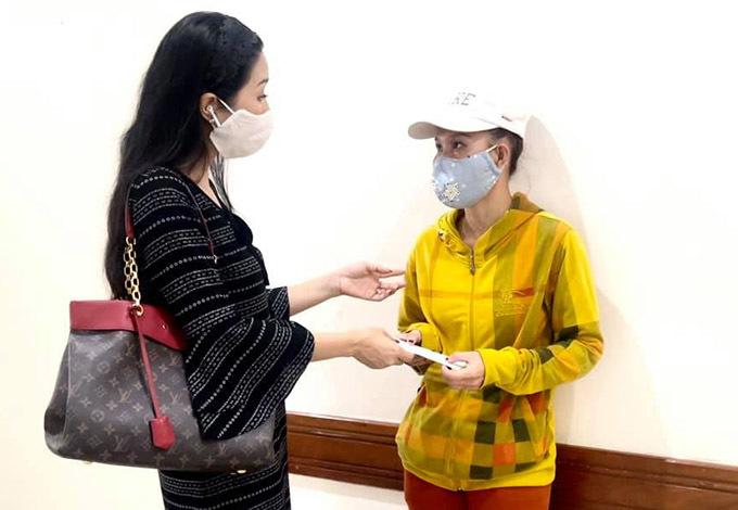 Trịnh Kim Chi trao tiền các nghệ sĩ và mạnh thường quân ủng hộ cho vợ Thương Tín. NSND Kim Cương gửi Trịnh Kim Chi 100 triệu đồng bà quyên góp, vận động được để hỗ trợ Thương Tín.