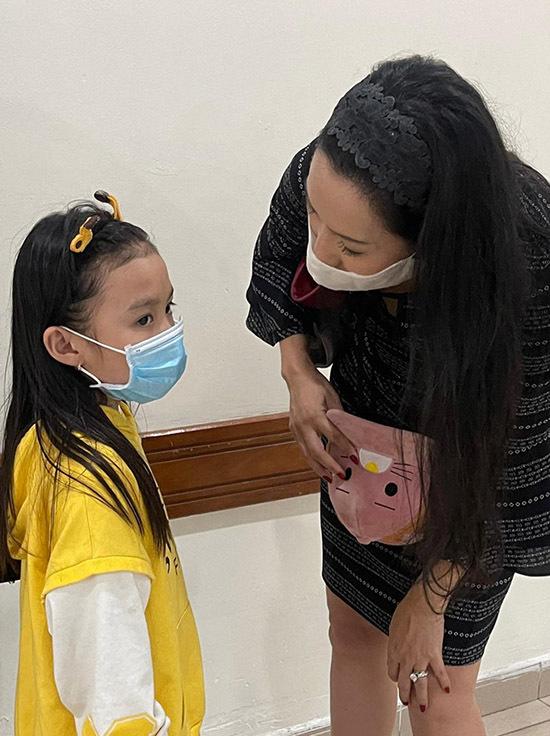 Con gái tài tử năm nay 6 tuổi mới theo mẹ từ quê nhà Phan Rang vào Sài Gòn thăm bố.