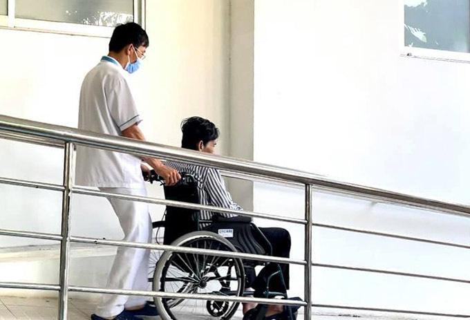 Bác sĩ khuyên Thương Tín nên ở viện thêm vài ngày để được theo dõi tình trạng sức khoẻ nhưng anh xin được về. Hiện nam diễn viên có thể đứng lên, đi lại được khi có người dìu. Giọng anh còn yếu và bị ngọng sau đột quỵ.