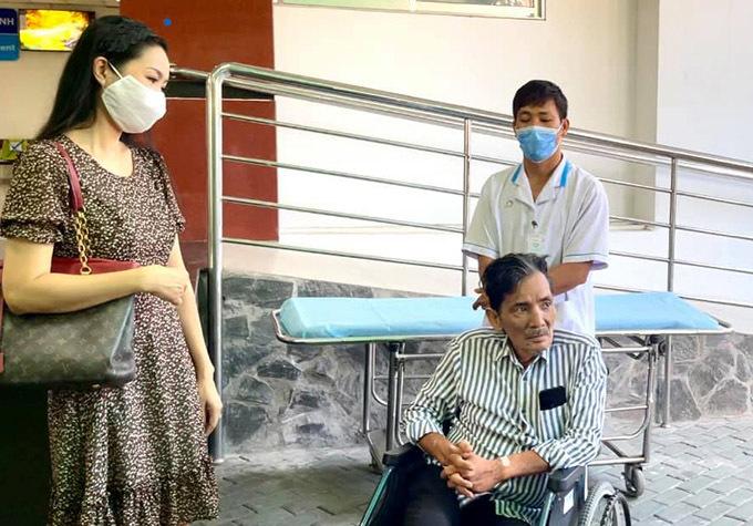 Trịnh Kim Chi đến đón Thương Tín ra viện.