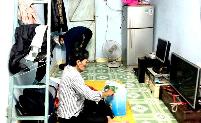Nam diễn viên hiện sống một mình trong căn phòng trọ đơn sơ tại quận 12, TP HCM. Vợ Thương Tín mới từ quê ra chăm chồng sau khi biết tin anh bị đột quỵ.