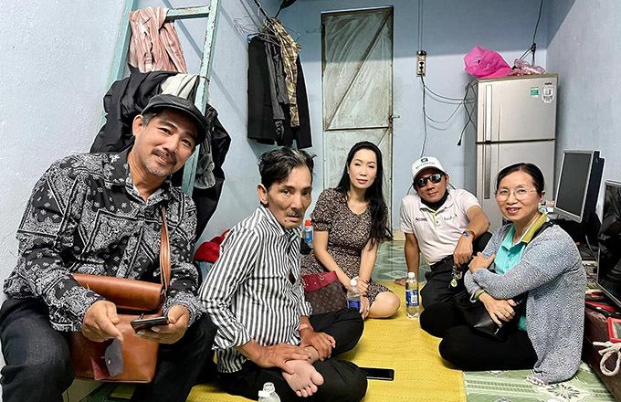 Trịnh Kim Chi và một số bạn bè đến thăm nơi ở của Thương Tín. Ở tuổi ngoài 60, cuộc sống của tài tử gạo cội một thời rất khó khăn, đạm bạc.