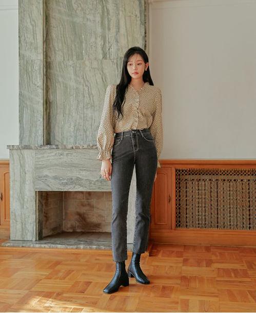 Áo tay loe điệu đà ngoài việc mix với chân váy xinh xắn còn có thể kết hợp cùng các mẫu quần jeans thể hiện vẻ năng năng động.
