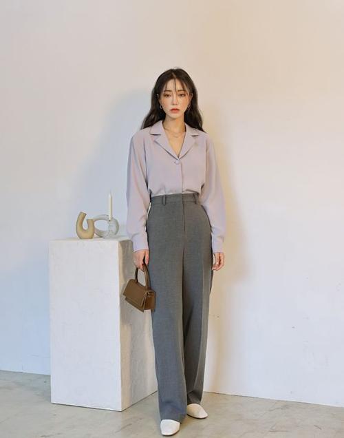 Song song với các mẫu áo bèo nhún điệu đà là các dáng sơ mi cổ cồn, cổ pijama Nhật... tôn nét lịch thiệp cho người mặc.
