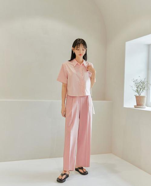Set trang phục cho nàng yêu tông hồng lãng mạn với sơ mi dáng lửng kết hợp đồng điệu cùng quần suông hợp mốt mùa hè.