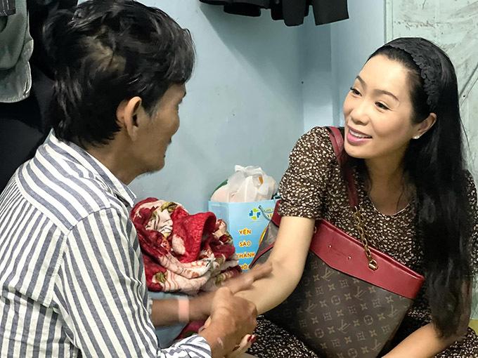 Trịnh Kim Chi động viên Thương Tín sống lạc quan, ăn uống đủ chất để giữ sức khoẻ.