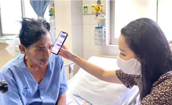 Á hậu Việt Nam 1994 đưa điện thoại cho Thương Tín nghe lời nhắn nhủ, động viên của vợ chồng Hồng Vân - Lê Tuấn Anh. Hồng Vân đang bị ốm và ở xa nên không thể vào thăm Thương Tín.