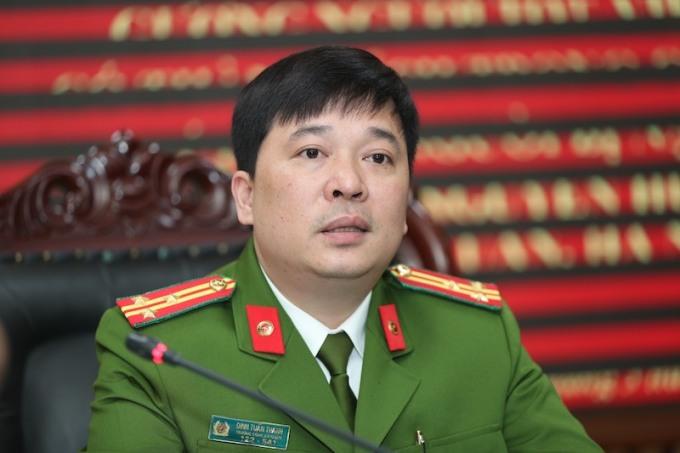 Thượng tá Đinh Tuấn Thành nói cháu bé bò ra lan can trong lúc bố mẹ đang tiễn khách. Ảnh: Phạm Chiểu