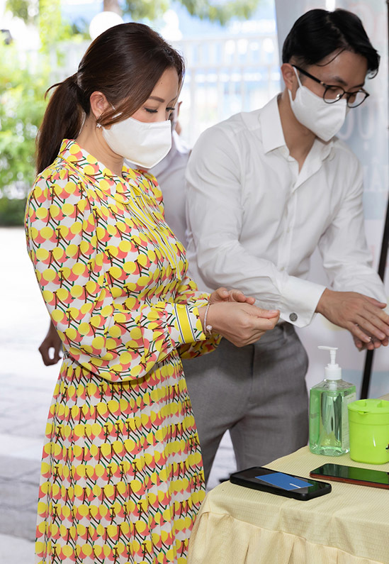 Thu Hoài và hôn phu kém tuổi rửa tay sát khuẩn kỹ lưỡng trước khi gặp gỡ lãnh đạo Đài truyền hình TP HCM.