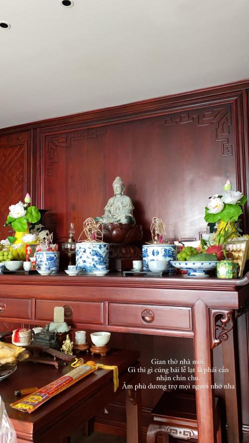 Không gian thờ tự trong căn hộ được Kiều Anh bày biện, sắp đặt chỉn chu.