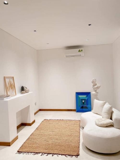 Một căn phòng khác để sống ảo của cặp vợ chồng hiện đại. Kiều Anh đặt mua sofa trắng, các tranh và bình gốm trang trí cho phòng sinh động.