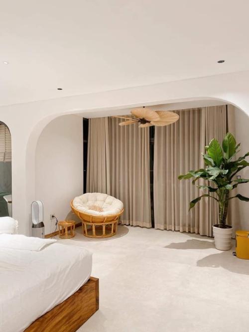 Một góc trong phòng ngủ của cặp vợ chồng được thiết kế để làm góc đọc sách.
