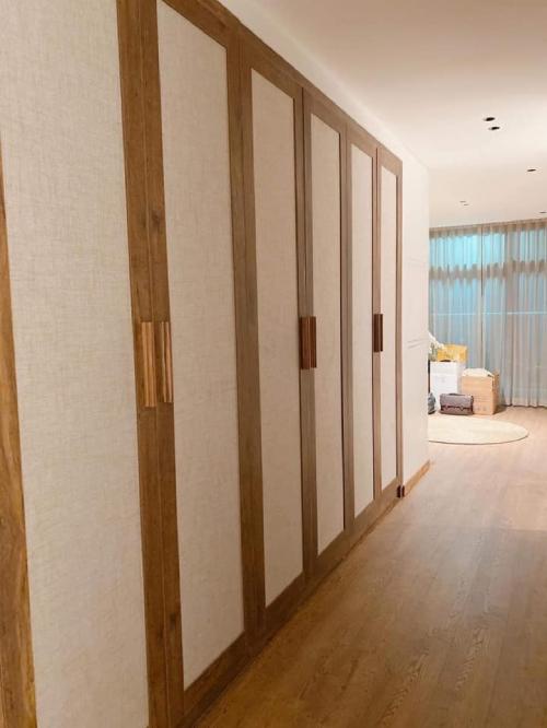 Trong hành lang dẫn vào phòng chức năng là hệ tủ tối giản.