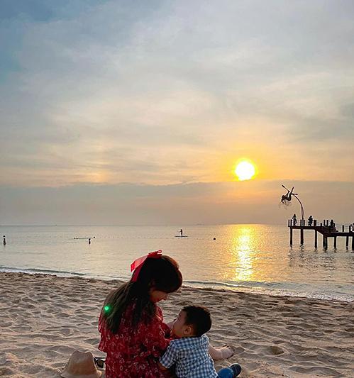 Hòa Minzy bên cậu bé được cho là con trai hơn một tuổi của cô.