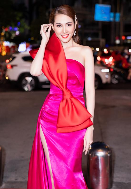 Phan Thị Mơ nổi bật với váy dạ hội hồng đính nơ to bản. Từ cô gái quê, sau 10 năm gia nhập showbiz Việt, người đẹp 9X đã hoàn toàn lột xác.