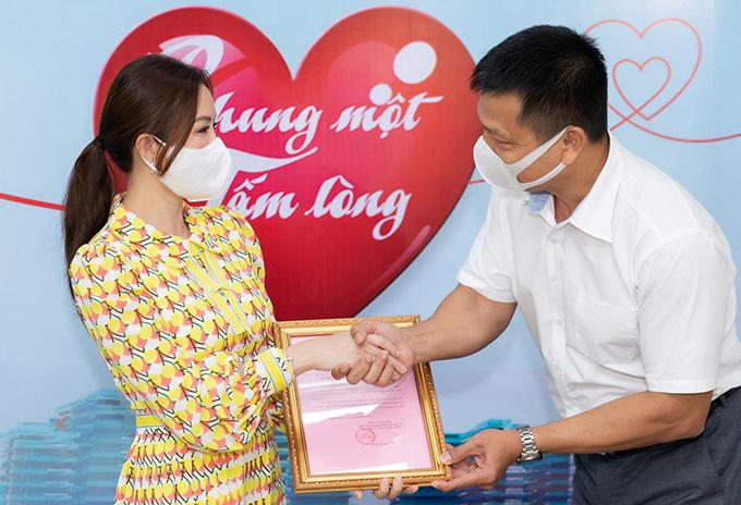 Lãnh đạo Đài truyền hình TP HCM bắt tay và trao thư cảm ơn nghĩa cử cao đẹp của Thu Hoài.