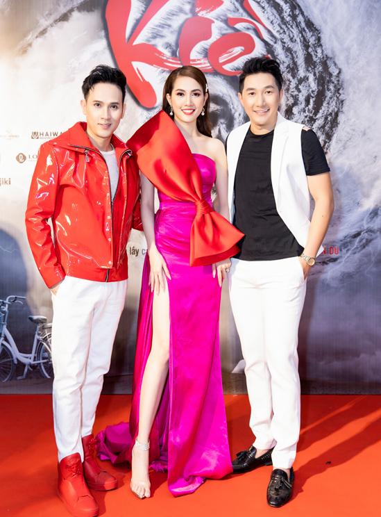 Ca sĩ Nguyên Vũ (trái) và người mẫu, nhà thiết kế Nam Phong đến chúc mừng Phan Thị Mơ có vai diễn ấn tượng.