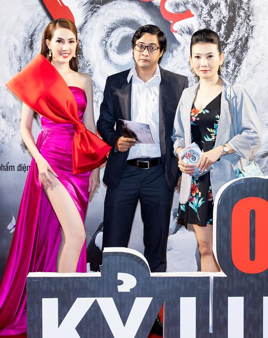 Diễn viên Ngọc Tưởng (giữa) và Mỹ Uyên cũng đi xem phim do Phan Thị Mơ đóng chính.