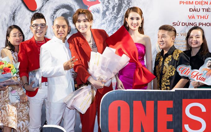 Minh Nhí (thứ hai từ phải qua) ủng hộ con trai nuôi có vai diễn trong phim điện ảnh Kiều@. Ca sĩ Long Nhật (thứ hai từ trái qua) hào hứng dự buổi ra mắt phim tối 1/3.