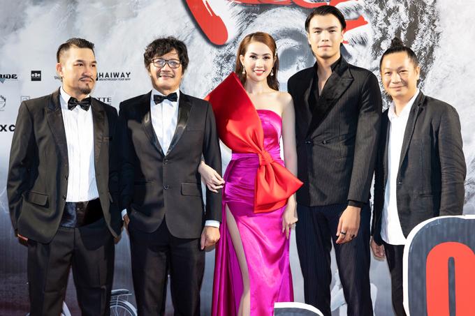Nghệ sĩ Công Ninh (đeo kính) đóng vai bố của Phan Thị Mơ trên màn ảnh rộng. Phim do đạo diễn Đỗ Thành An (ngoài cùng bên phải) chỉ đạo thực hiện bằng kỹ thuật quay one-shot.