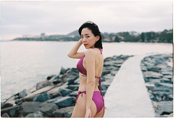 Song song với monokini, các mẫu bikini hai mảnh cũng được Tóc Tiên và nhiều người đẹp showbiz Việt lựa chọn để đi du lịch biển đầu năm.