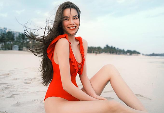 Áo tắm của Hồ Ngọc Hà không khai thác khoảng hở mạnh bạo nhưng vẫn giúp người đẹp khoe triệt để đường cong. Bên cạnh đó chi tiết bèo nhún, dây đan được bố trí hài hòa để đồ bơi tăng sức hút.