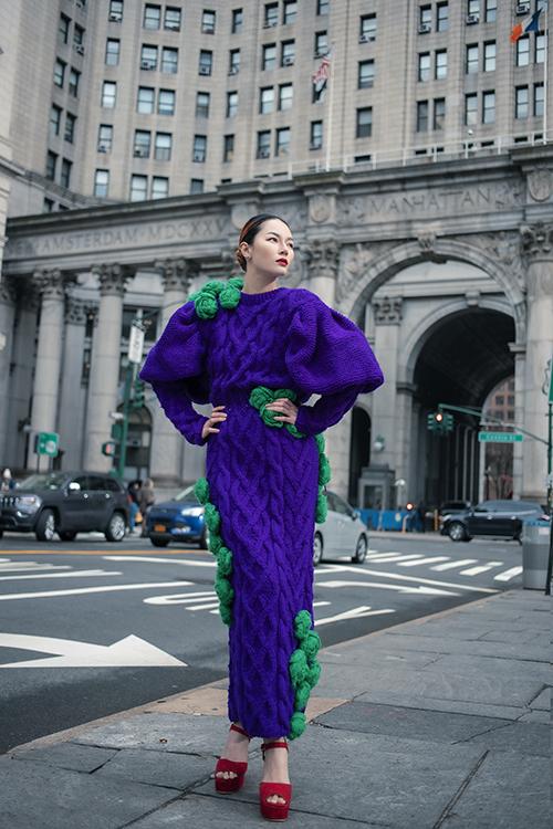 Váy len trở nên mới mẻ và độc đáo hơn với lối mix màu phá các và hoạ tiết hoa len được thực hiện thủ công.