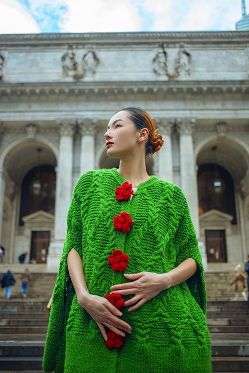 Váy len cappe lấy cảm hứng từ mẫu áo len vặn từng của các bà, các mẹ hay sử dụng vào mùa đông giá lạnh. Tông màu tươi sáng cùng hoạ tiết hoa mai chủ đạo mang tới nét chấm phá mới lạ cho thời trang len.